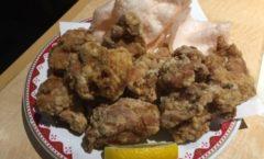大盛の唐揚げで乾杯 Eating a large serving fried chicken, I was toast.